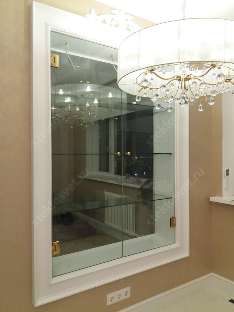 Ниша со стеклянными полками и дверьми