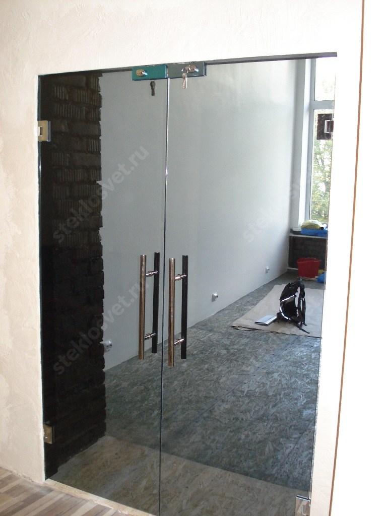 Стеклянная маятниковая дверь